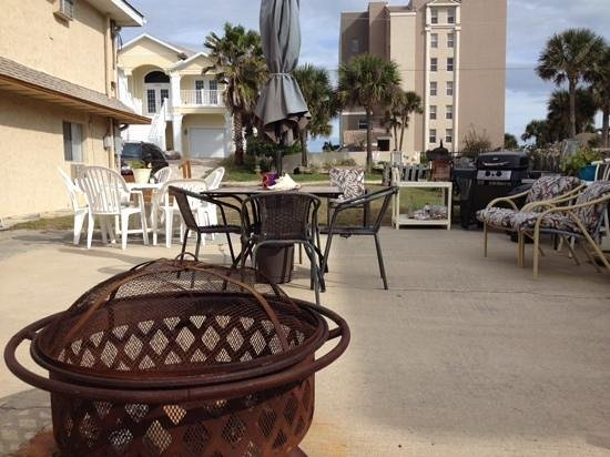Beachcomber Motel: Patio terrace great place to socialize, read a book, have a drink or BBQ.
