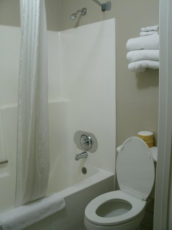 Super 8 Barstow: Toilet/shower room