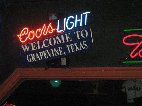 Grapevine Historic Main Street District : neon