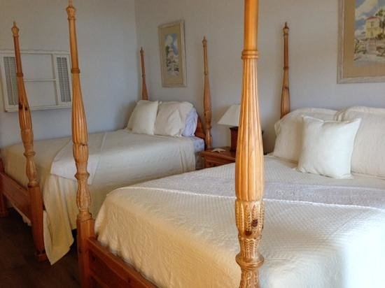 A Highlands House Bed and Breakfast : The cozy SEASHELL room with two queens, still roomy