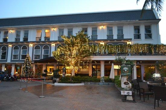 Sawaddi Patong Resort & Spa: Front Side