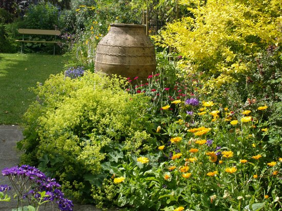 Corinda's Cottages: One small section of the beautiful garden
