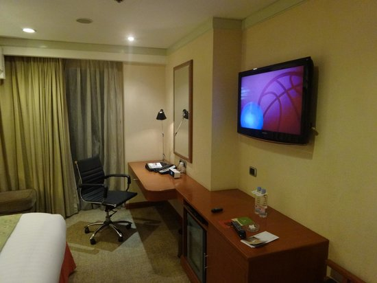 Eastwood Richmonde Hotel: Flat screen TV and work area.