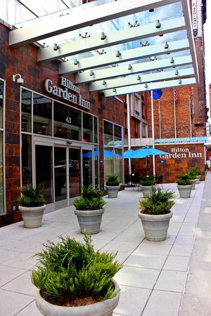 Hilton Garden Inn New York/West 35th Street: Outside entrance to hotel