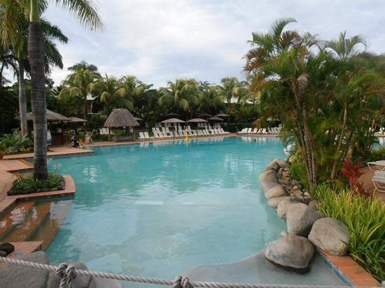 Outrigger Fiji Beach Resort: pool in the morning