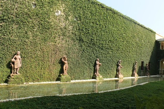 The LaLiT Golf & Spa Resort Goa: Spa wall