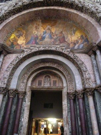 Basílica de San Marcos: 大聖堂入り口。ここで用いられているモザイクが、堂内ではより大胆に用いられています。