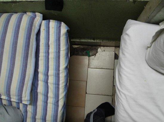 Hotel Saliha International : broken tiles, with lots of dust