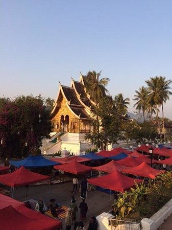 Victoria Xiengthong Palace : The Night Market with a backdrop