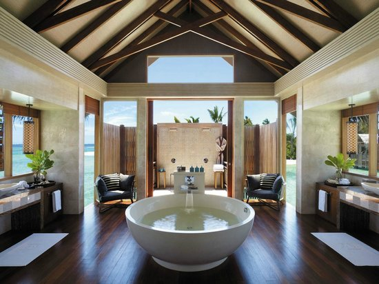 Shangri-La's Villingili Resort and Spa Maldives: The bathroom (3 showering area - Indoor, outdoor and spacious bathup)