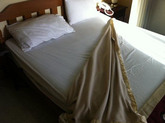 Royal Taal Inn: Blanket below top sheet