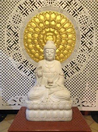 Mayfair Spa Resort & Casino: buddha status at the entrance