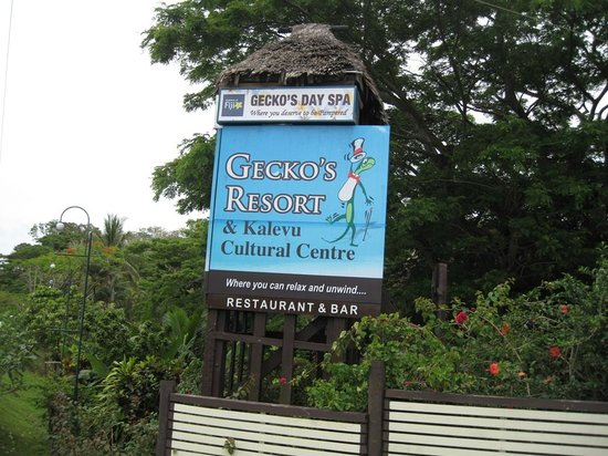Gecko's Resort: Hotel Schild an der Strasse