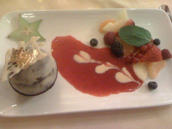La Table du Moulin : globe de mousses au chocolat et aux fruits frais