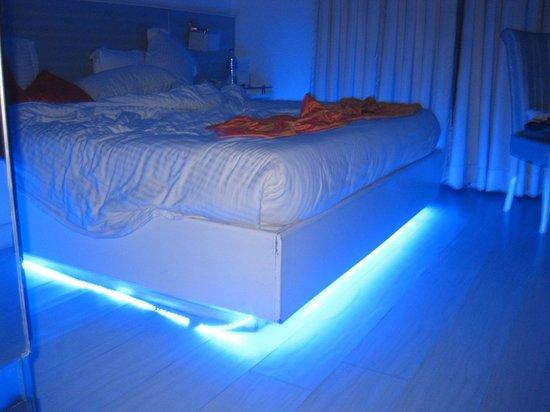 Mango Hotel: room in the night