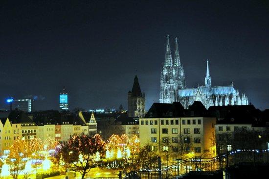 Maritim Hotel Koeln: Catedral de noche. Solo hay que ver