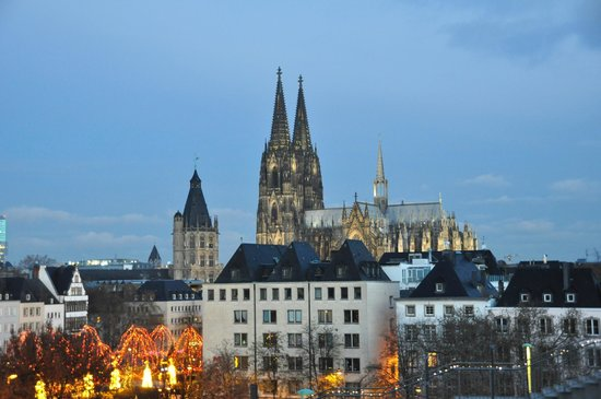 Maritim Hotel Koeln: Catedral al amanecer