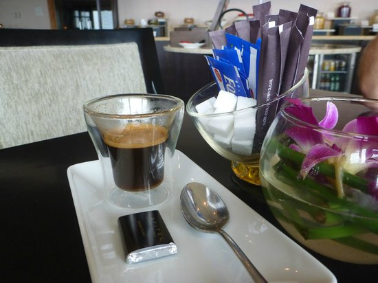 Sofitel Saigon Plaza: Club Lounge - choc and coffee included