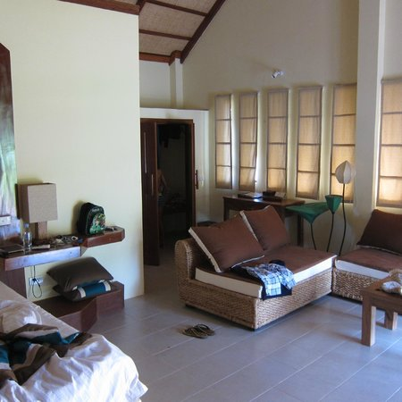 Le Flamboyant Resort : Sitting area in adjoining room (which has a king size bed and bunk beds)