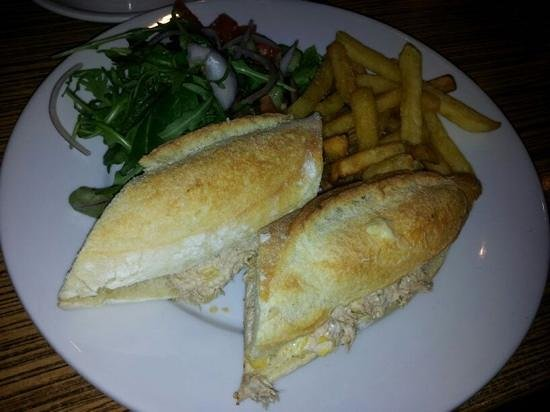 Latuske's: tuna mayo baguette with chips&salad