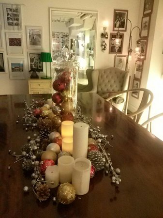 Mini Hotel Causeway Bay Hong Kong: Christmassy decoration at the lobby with a homey ambience