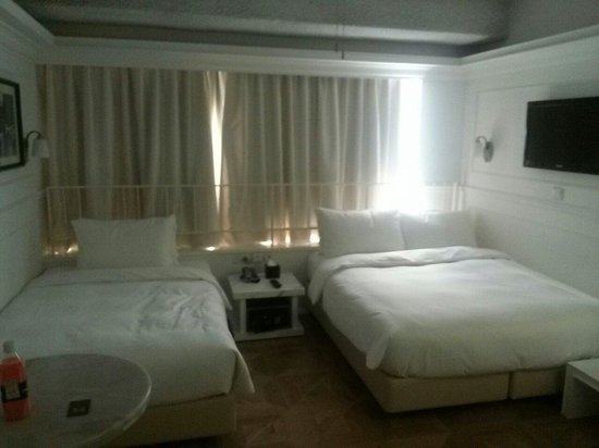 Mini Hotel Causeway Bay Hong Kong: Why not provide 2 double