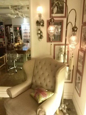 Mini Hotel Causeway Bay Hong Kong: Absolutely love this spot. The mid century modern with mix match furnitures are trendy