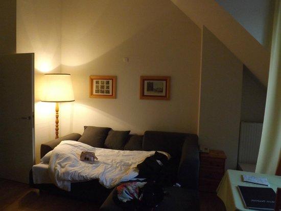 Hotel Caroline: Salón amplio con terraza, mesa, armario, tv, nevera, mesa baja y sofacama amplio y cómodo