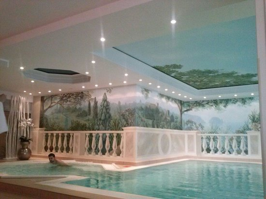 Hotel Palace Berlin: The relaxing painting on the spa'wall