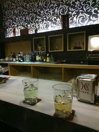 Hotel Cortijo Santa-Cruz: La cafetería, momento de los combinados.