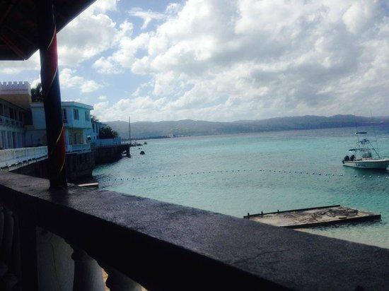 Biggs BBQ Restaurant & Bar: Up beach from Mr Beach