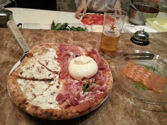 Pizza 4P's: Half salmon sashimi, half burrata margarita - excellent!