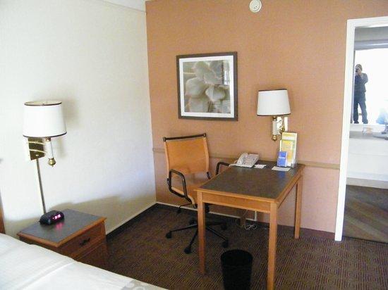 La Quinta Inn Denver Cherry Creek: desk area