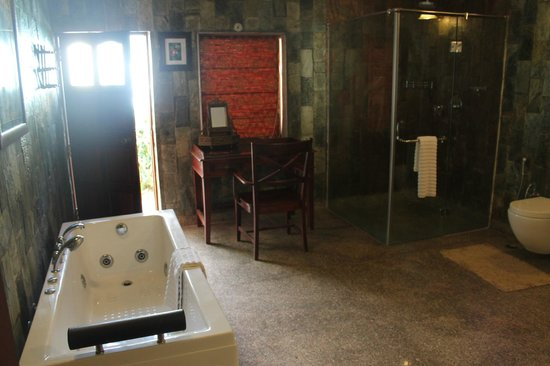 The Tree House Resort: Bathroom