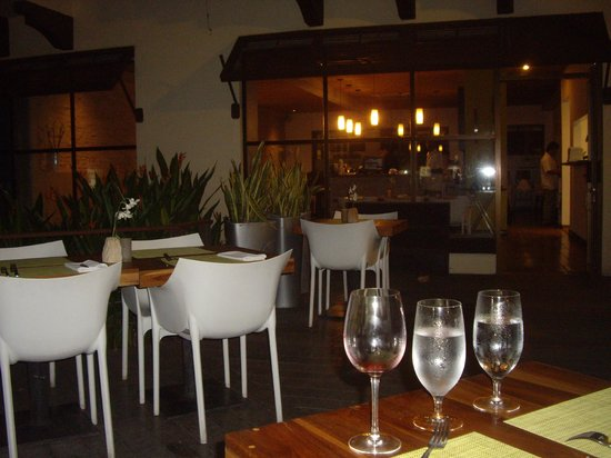 Citron Restaurante: Outside seating area...