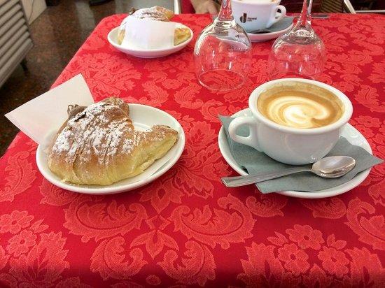 Antico caffe castellino: Cappuccino and pastry