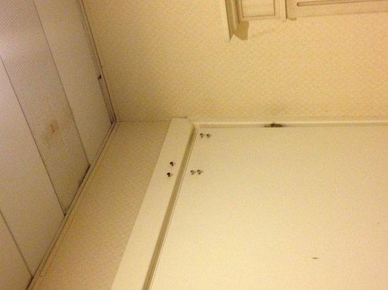 Grand Hotel Terme: Nella mia stanza 4 stelle superior... Viti alle porte e soffitti improponibili!!!