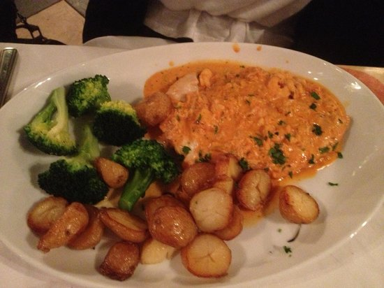 IBLEO Restaurant: Chicken breast in brandy cream coated in breadcrumbs served with sautéed potatoes and fresh veg.