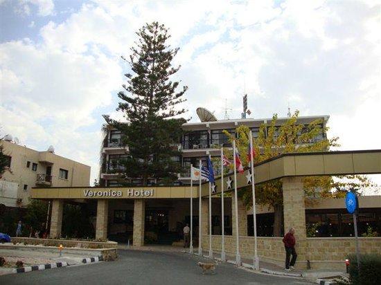 Veronica Hotel : wysokie drzewo hotelowe widoczne z daleka