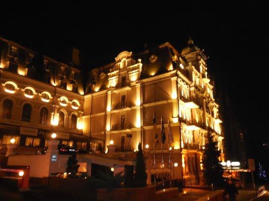 Opera Hotel: L'extérieur de nuit