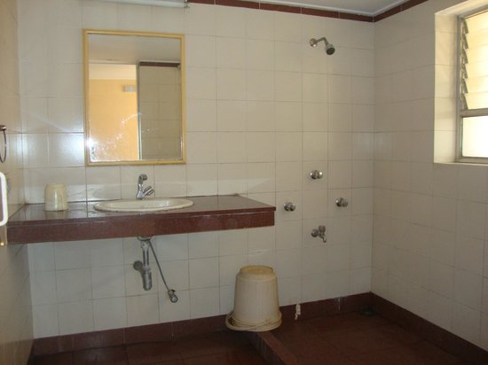 Girija Hotel: Bathroom