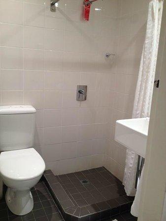 Travelodge Hotel Hobart: Toilet and Bath
