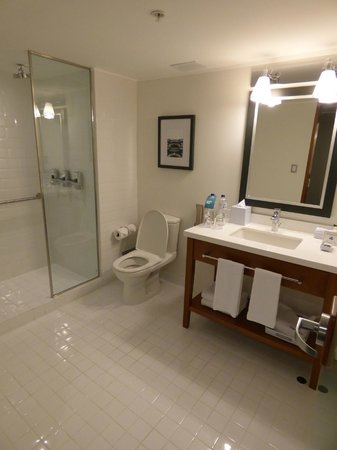 Four Points By Sheraton Miraflores: Big bathroom