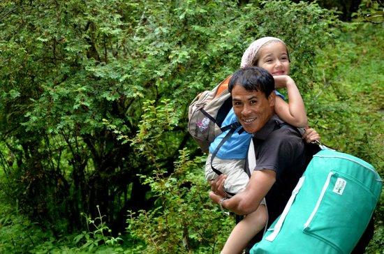 Manakamana Treks & Expedition Day Tours: Notre fille et son porteur personnel Alé