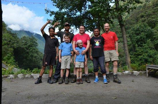 Manakamana Treks & Expedition Day Tours: L'équipe au complet du trek avec nos 2 porteurs et notre guide
