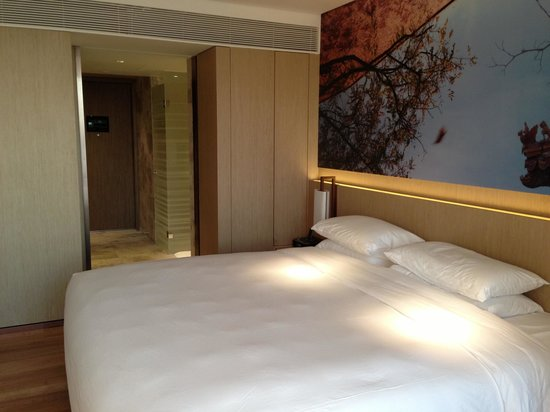 East Beijing : Standard double room, not too spacious, but adequate.