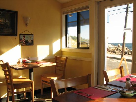 Nate's at Front Beach: Cozy, but with pleanty of room