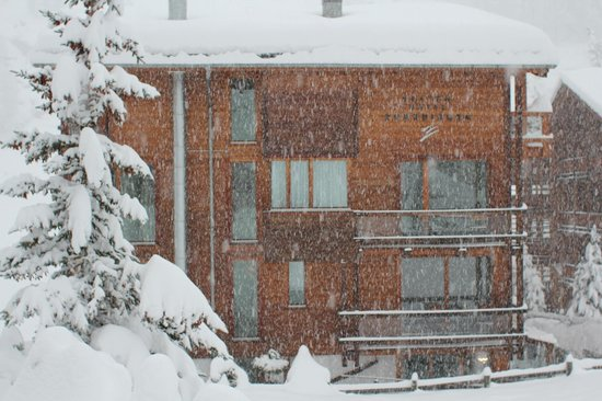 Suitenhotel Zurbriggen: nearly a metre of snow in 24 hrs - magic!
