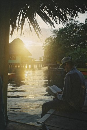 Coral Cay Cabins : Reading in the evening outside our cabin