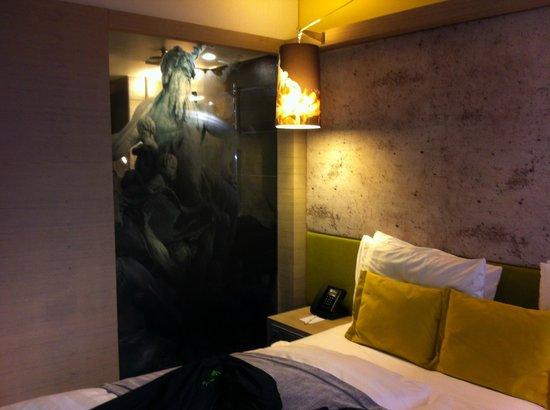 Hotel Indigo Berlin – Centre Alexanderplatz: bedroom with view in to the bathroom